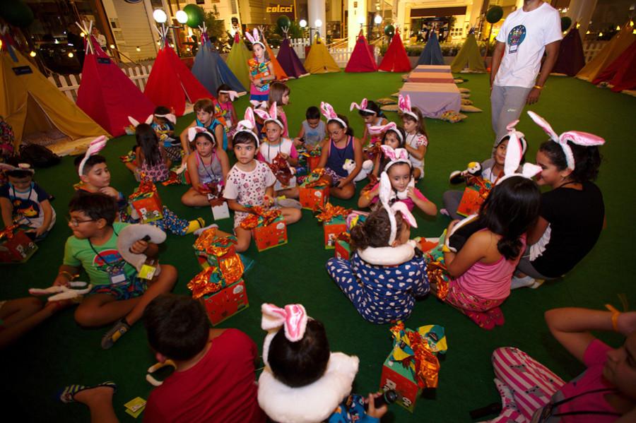Crianças ganharam ovos Cacau Show (Foto: divulgação)