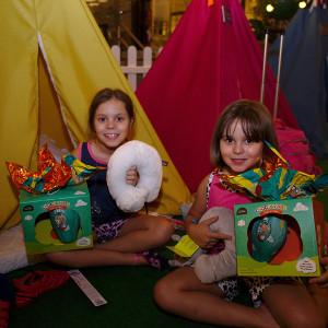 Crianças com os mimos da noite (Foto: divulgação)