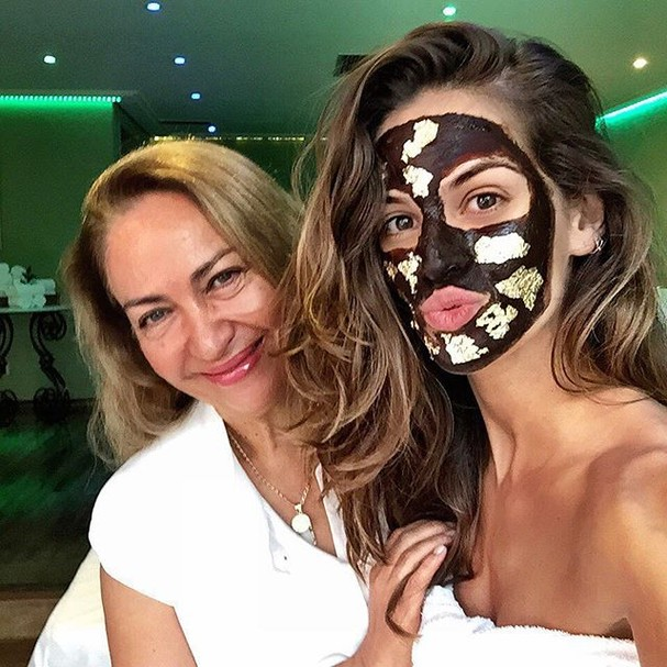 Isabel Goulart faz máscara de chocolate com ouro para o rosto (Foto: divulgação)
