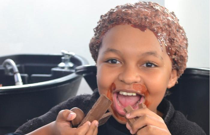 Até o ator JP Rufino aderiu à hidratação de chocolate. Dessa vez, para o cabelo (Foto: Divulgação)