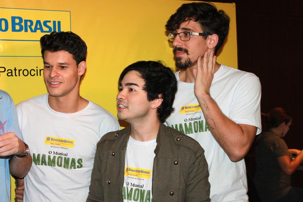 Os atores Ruy Brissac (Dinho) , Yudi Tamashiro ( Bento) e Arthur Ienzura (Sergio) Crédito: Francisco Soares/Clacrideias)