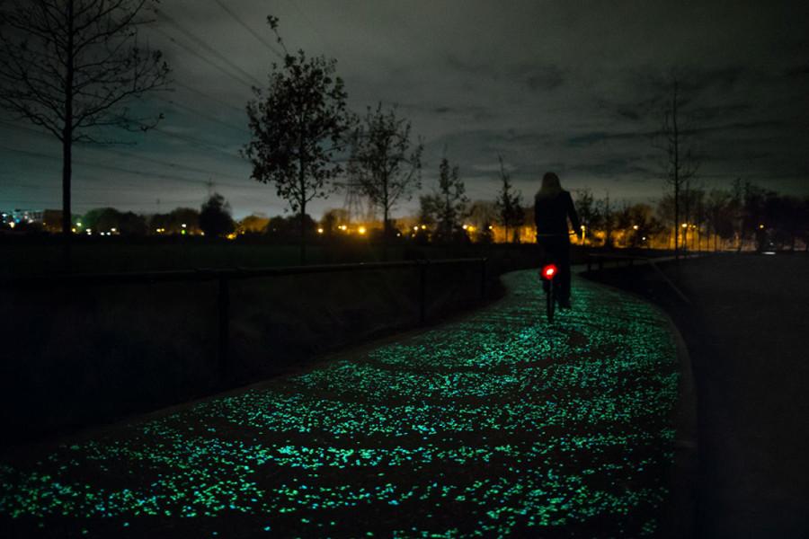 Ciclovia com iluminação natural na Holanda (foto: divulgação)