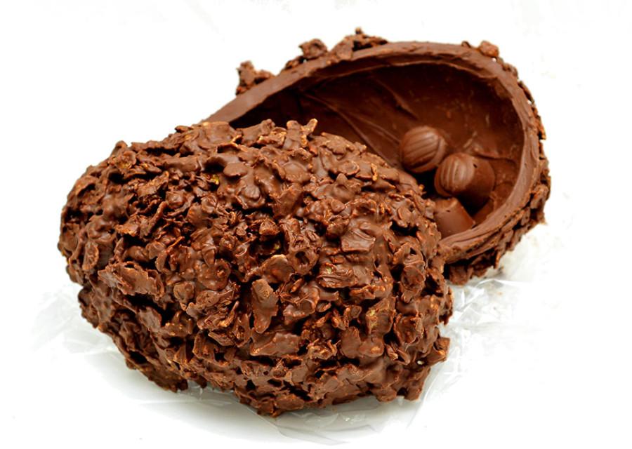 Studio Cake - casca recheada de trufa de chocolate 70%, coberta com cereal crocante de milho (R$ 120,00), com 391 kcal em 100g (Foto: divulgação)