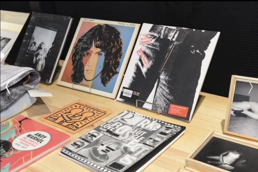 FFWSHOP - Disco Sticky Fingers do The Rolling Stones por R$ 539 e livro Studio 54 escrito por Tod Papageorge por R$ 743 (Foto: Divulgação)