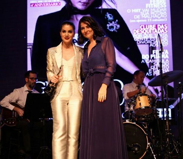 Camila Coelho recebe prêmio de Alice Ferraz (Foto: Divulgação)
