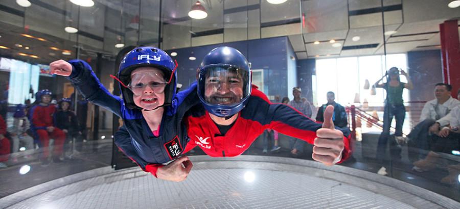 Criança e instrutor aproveitam queda livre (foto: divulgação)