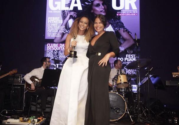 Taís Araújo recebe o prêmio de Daniela Falcão (Foto: Divulgação)