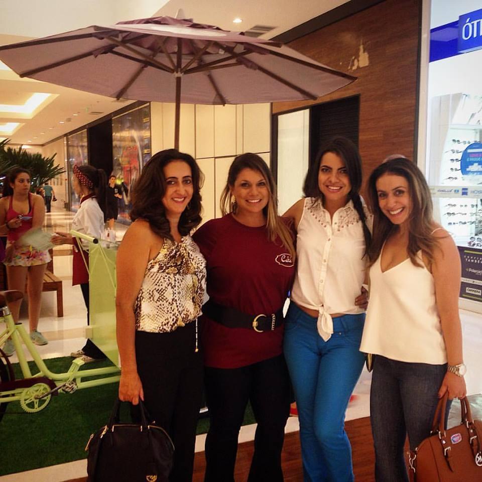 Renata Velloso (de vermelho) e clientes (Foto: Divulgação)