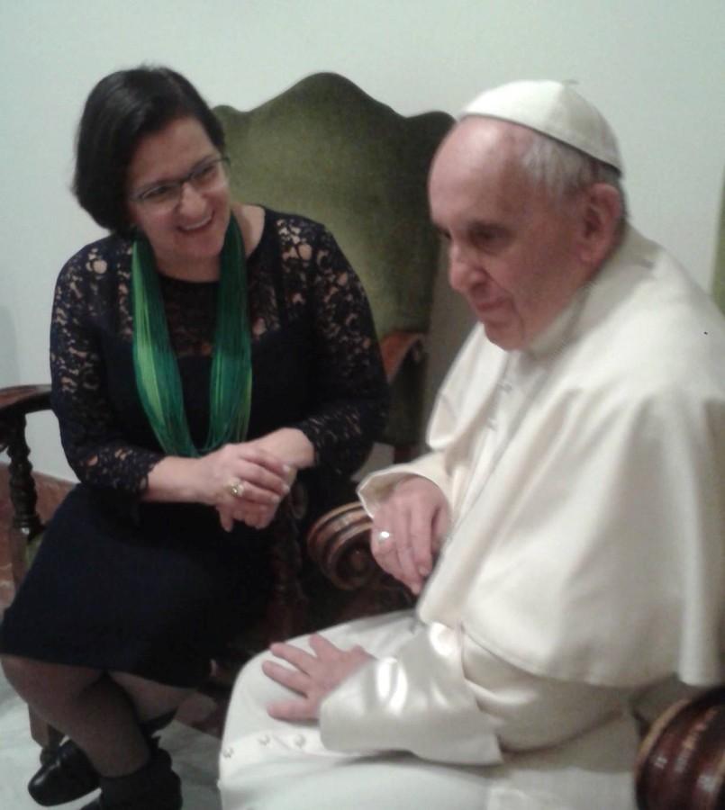 Juíza Kenarik Boujikian, do Tribunal de Justiça de São Paulo, com o papa (Foto: Reprodução)