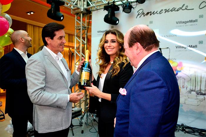 Atriz ganhou garrafa Chandon com seu nome (Foto: Divulgação)