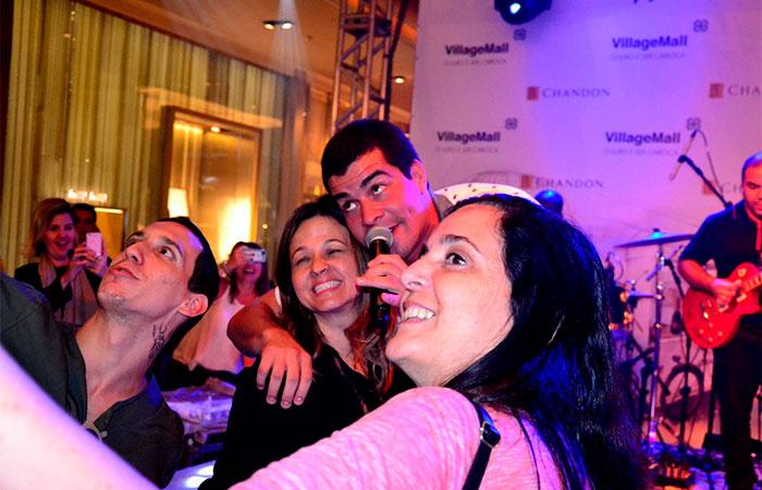 Thiago Martins faz selfie durante show (Foto: Divulgação)
