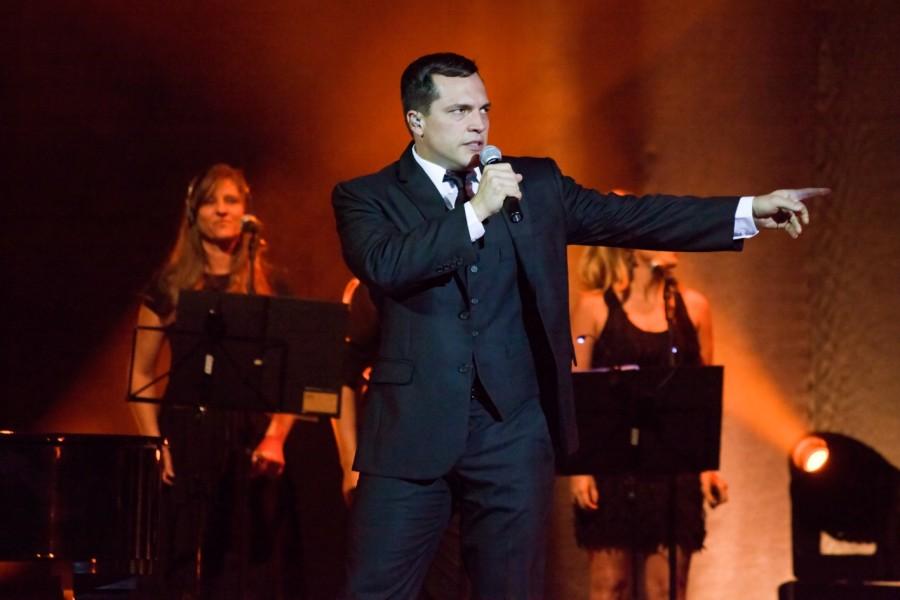Em seu novo show, o cantor homenageia Roberto Carlos (Foto: Divulgação)