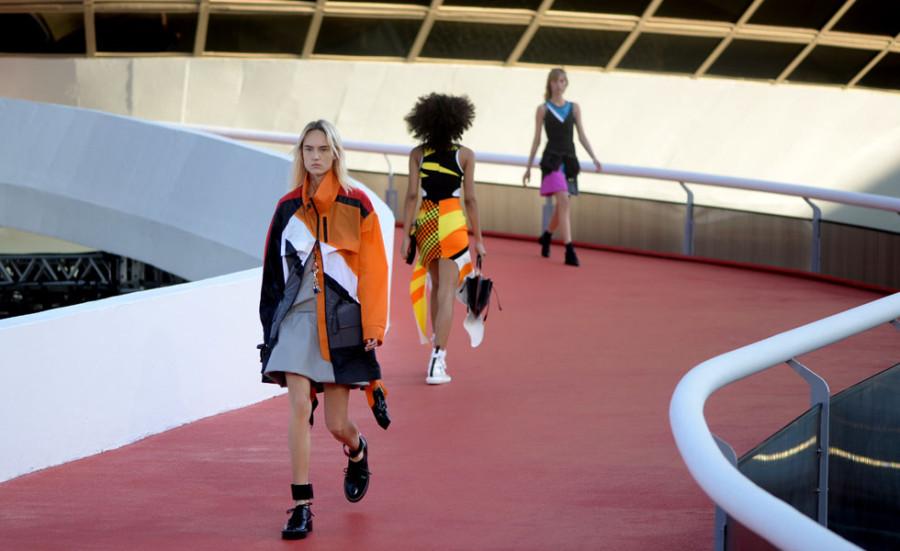 Desfile da Louis Vuitton contou com muitas roupas coloridas (Foto: Divulgação)