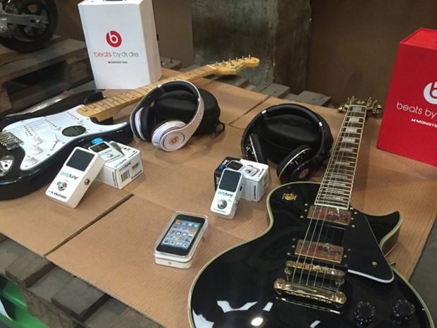 No local ainda existem guitarras, fones e smartphones (Foto: Divulgação/Receita Federal)