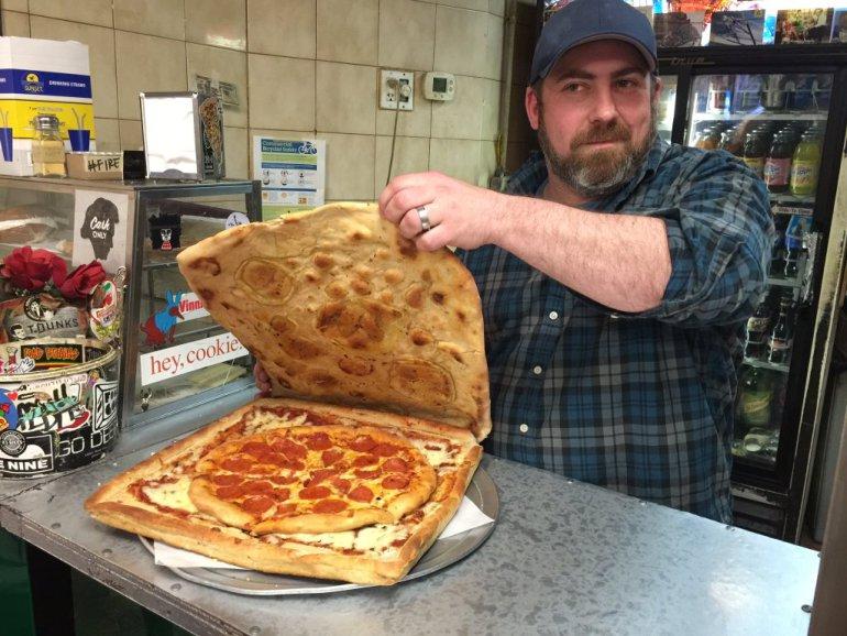 A pizza quentinha vem dentro de outra pizza (Foto: Reprodução)