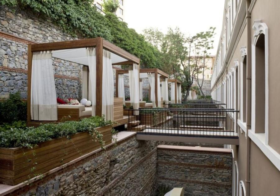 Ambiente externo para hóspedes no Hotel W, em Istambul (Foto: Divulgação)