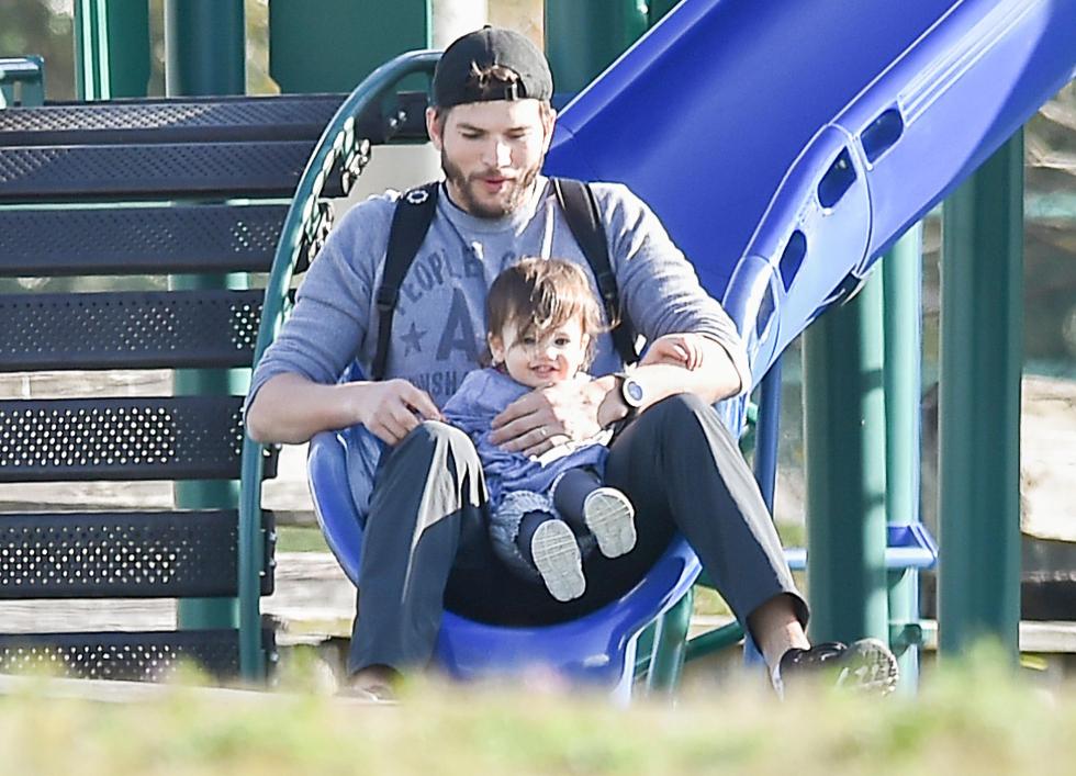 Ashton Kutcher brincando no parque com a filha Wyatt Kutcher (Foto: Divulgação)