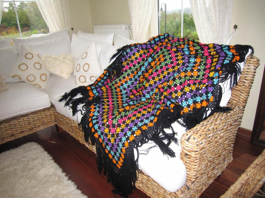 Mantas e almofadas ajudam a aquecer o sofá (Foto: Divulgação)
