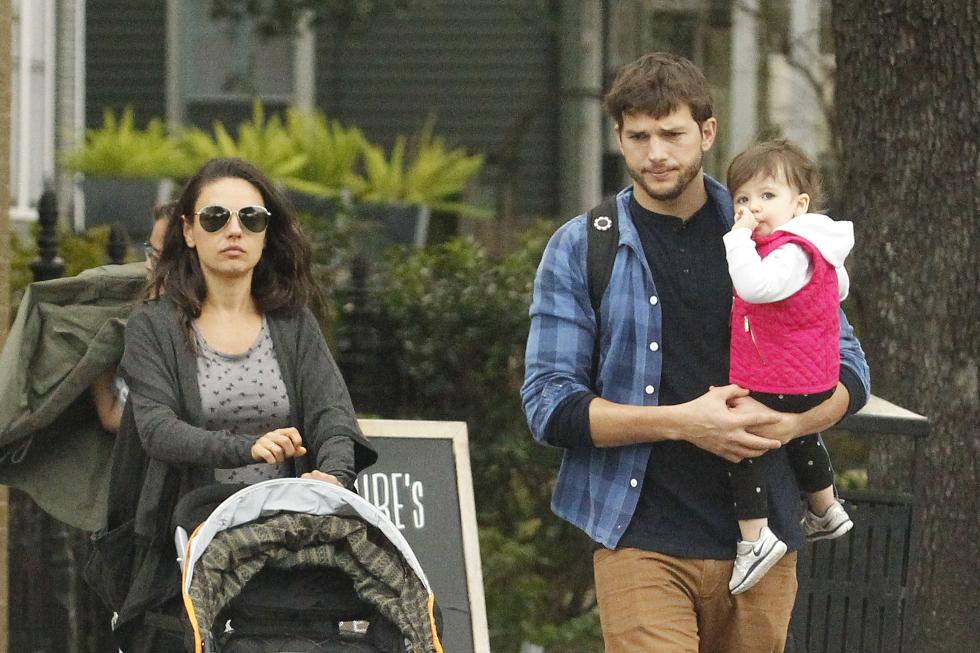 Ashton Kutcher e Mila Kunis com a filha (Foto: Divulgação)