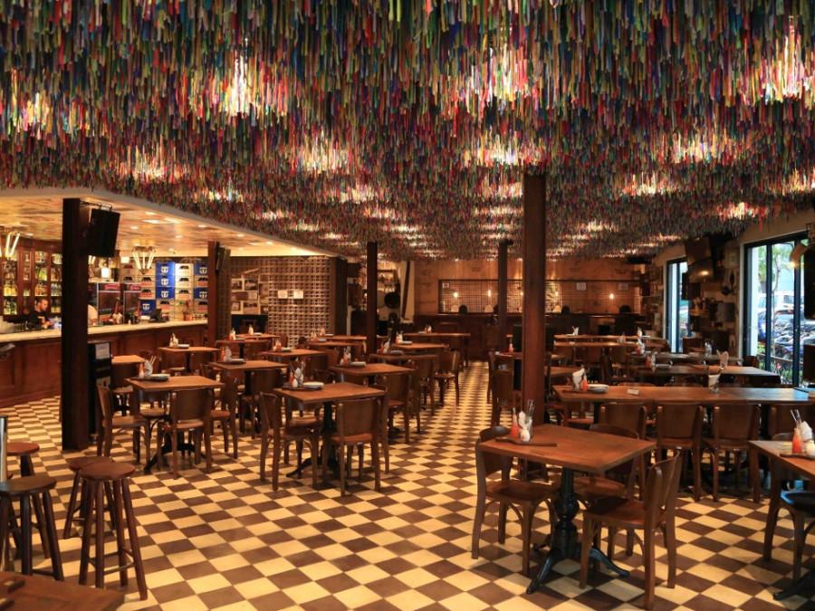 Teto do bar é enfeitado com fitas do senhor do Bonfim (Foto: Divulgação)