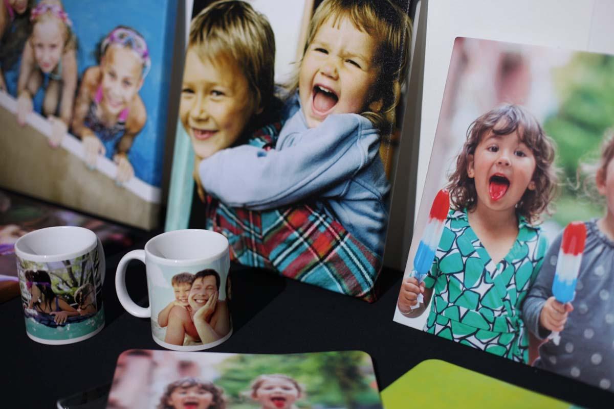 Canecas e álbuns de fotos personalizados (Foto: Divulgação)