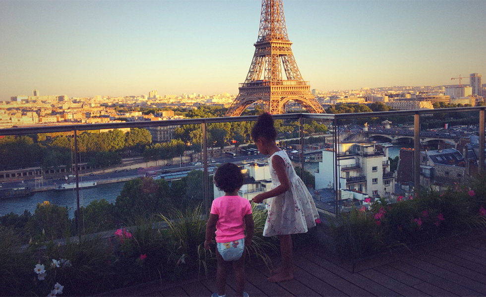 Sacada do hotel tem vista panorâmica para a Torre Eiffel (Foto: Divulgação)