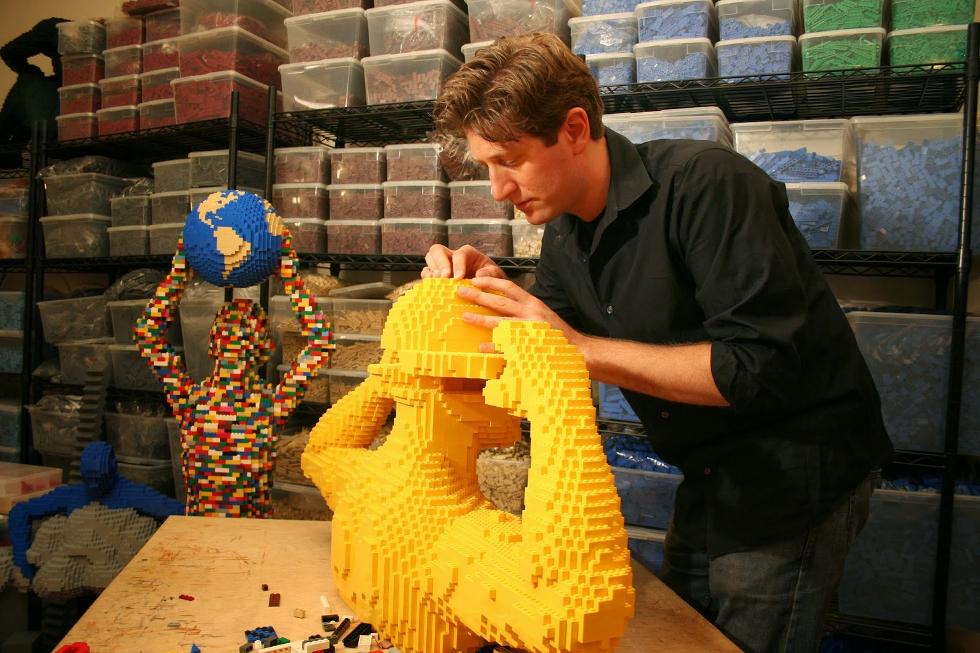 Nathan largou o emprego de advogado para criar esculturas de lego (Foto: Divulgação)