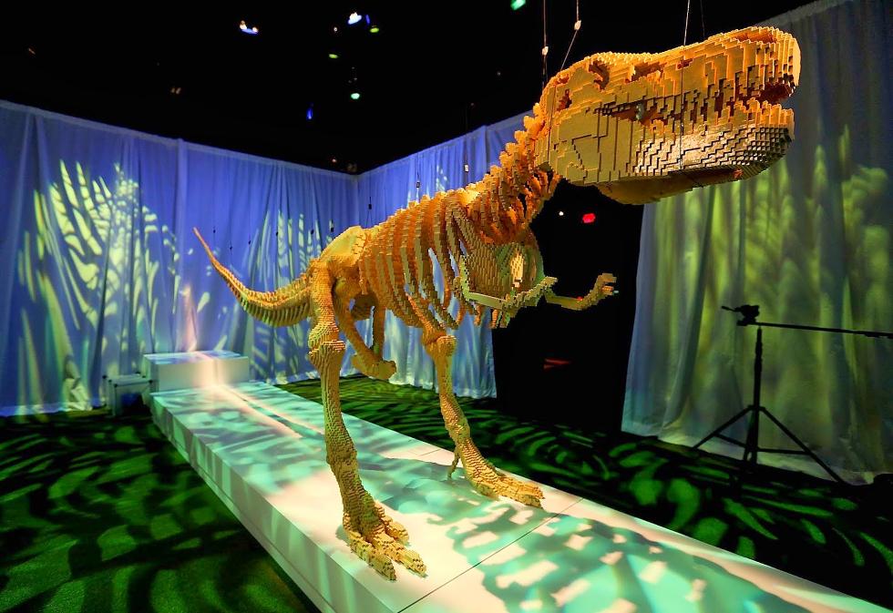 Tiranossauro rex feito com 80 mil peças levou três meses para ficar pronto (Foto: Divulgação)