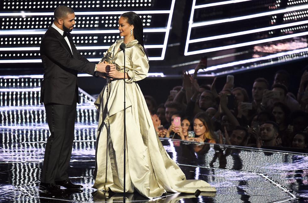 Rihanna recebe prêmio e é homenageada por Drake (Foto: Divulgação)