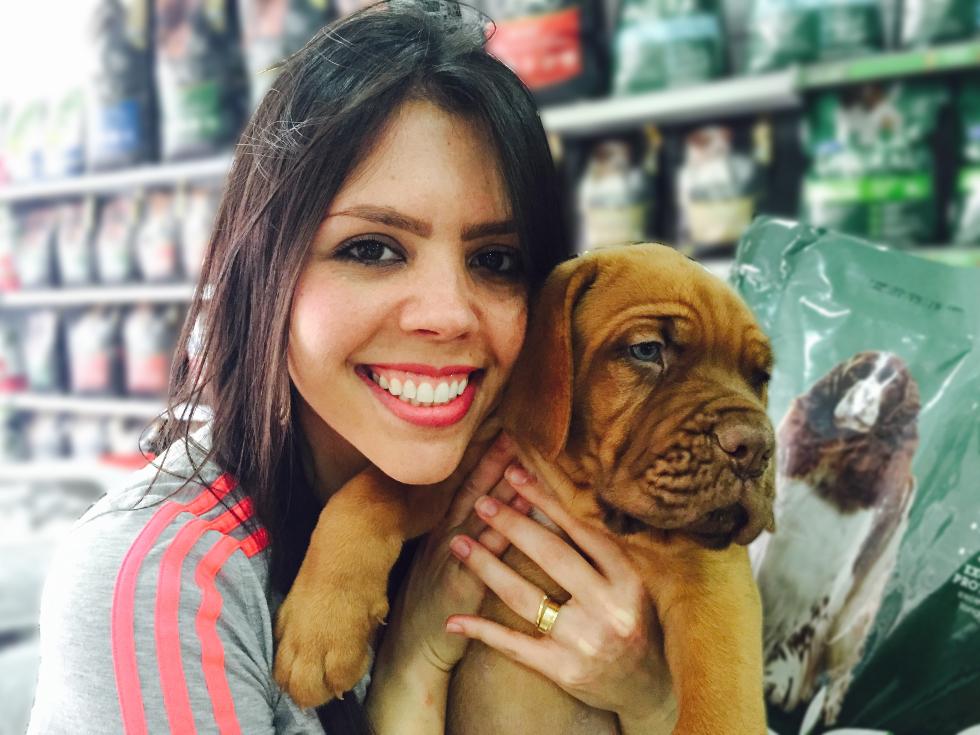Talita com o dogue de bordeaux de apenas 50, disponível no canil do pet shop (Foto: Divulgação)