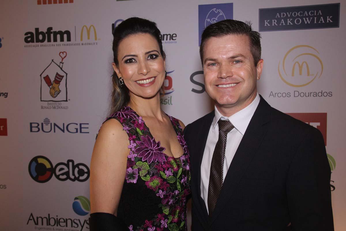 Paulo Camargo e a esposa Gabriela Verdeja recebem convidados (Foto: ClaCri)