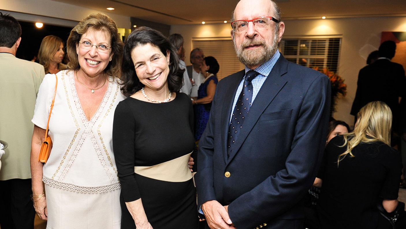 Dra. Michal Lotem entre Renata e Sergio Simon (Foto: Paulo Freitas/Reprodução)