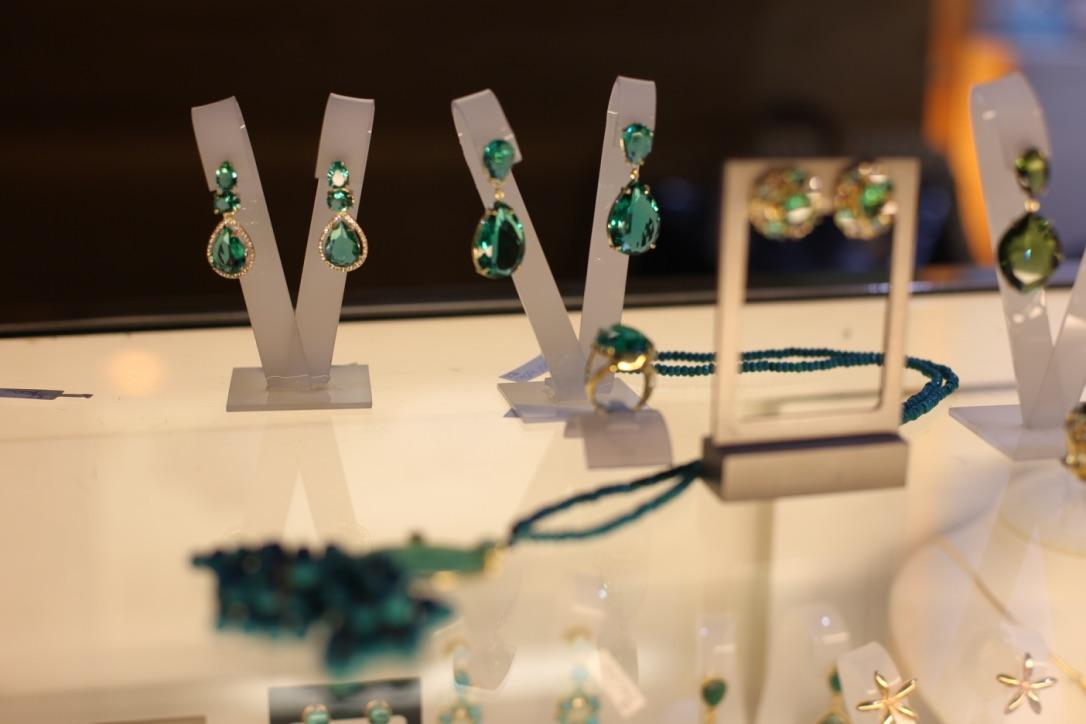 Acessórios da Blue Shine, feitos com pedras naturais (Foto: Cla Cri/ Agência de Notícias)