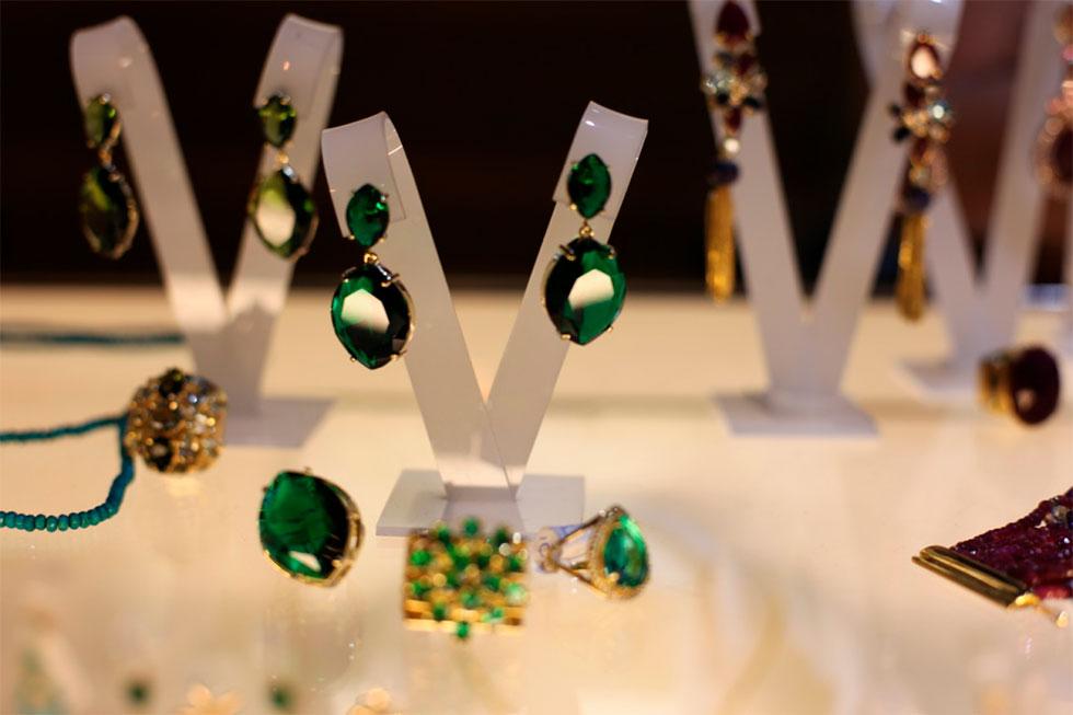 Brincos e anéis de pedras naturais (Foto: Cla Cri/ Agência de Notícias)