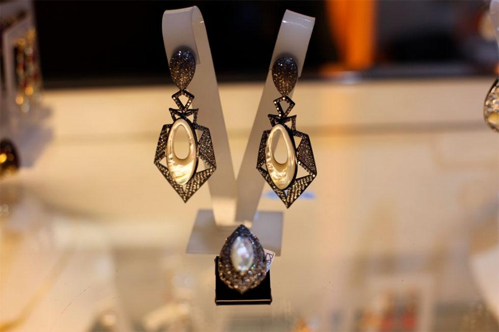 Brinco e anel feitos a partir de pedras naturais (Foto: Cla Cri/ Agência de Notícias)