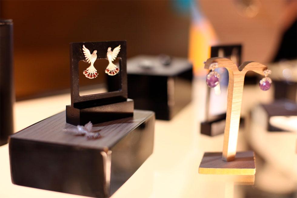 Coleção Divino Espírito Santo é feita em prata, ouro e pedras naturais (Foto: Cla Cri/ Agência de Notícias)
