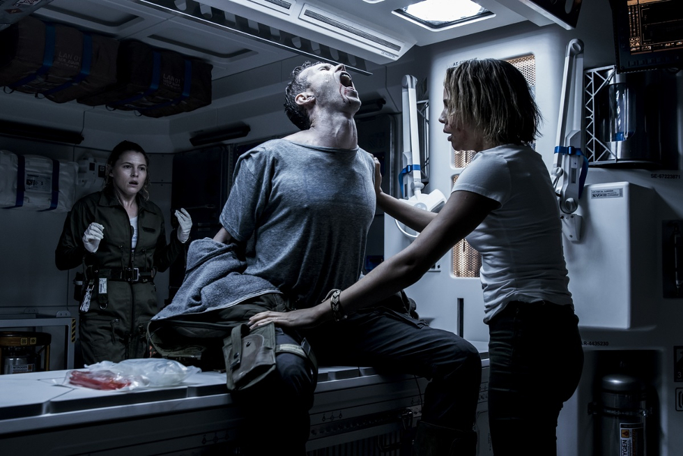 Alien: Covenant - Após uma viagem pela galáxia, tripulantes de uma nave colonizadora encontram um planeta com ares de paraíso, mas, na verdade, a terra é sombria e cheia de segredos. Entre eles, um sobrevivente com uma habitante solitária (Foto: Divulgação)