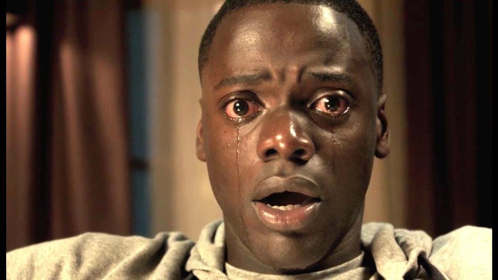 Corra! - No terror, um jovem negro está prestes a conhece a família de sua namorada, que é inteiramente caucasiana. Ele é tratado com amor excessivo e descobre que a família esconde algum muito perturbador (Foto: Divulgação)