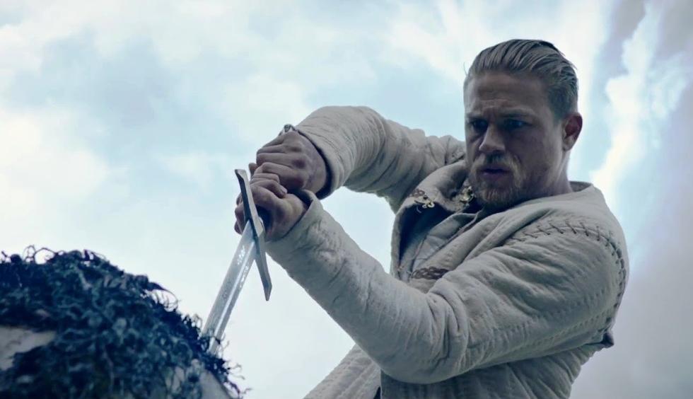 Rei Arthur: A Lenda da Espada - Arthur é um jovem das ruas que desconhece sua predestinação. Mas tudo isso muda quando consegue retirar das rochas uma poderosa espada. Quando se torna rei, ele parte para lutar contra o homem que destruiu sua família (Foto: Divulgação)